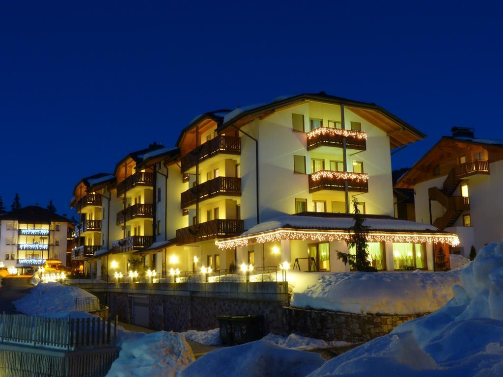 Il residence coperto di neve
