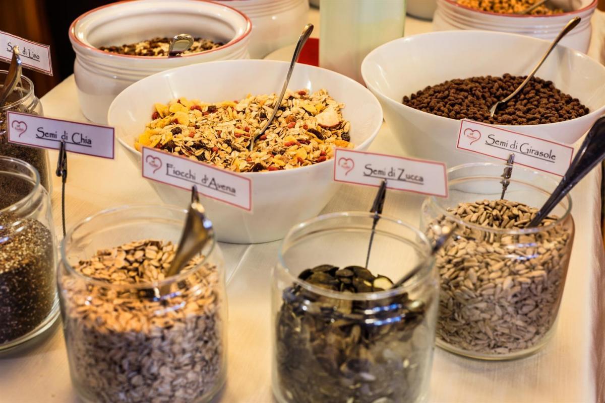 Semi e cereali sul buffet della colazione