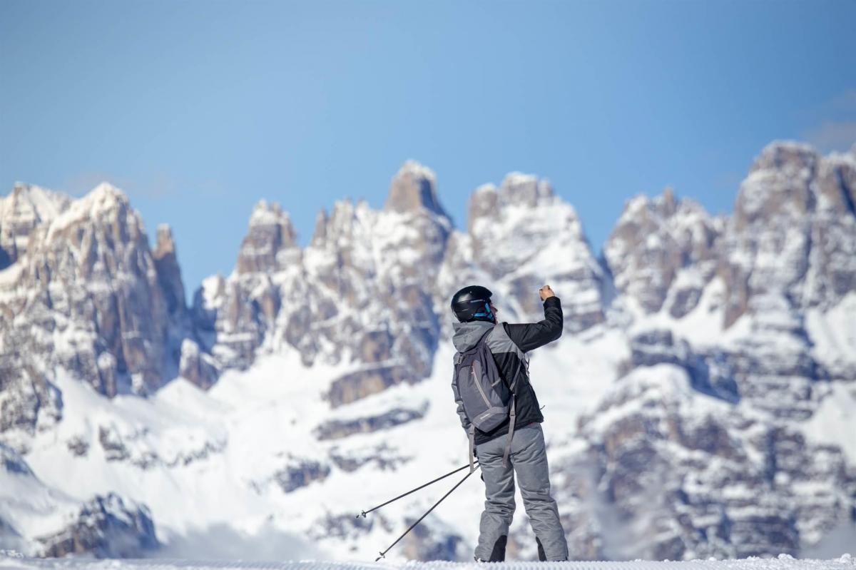 Sciatore sfondo Brenta. ph. Filippo Frizzera