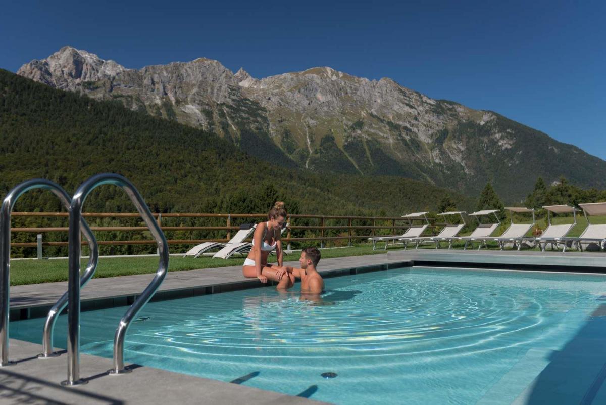 Piscina esterna con vista sulle Dolomiti di Brenta