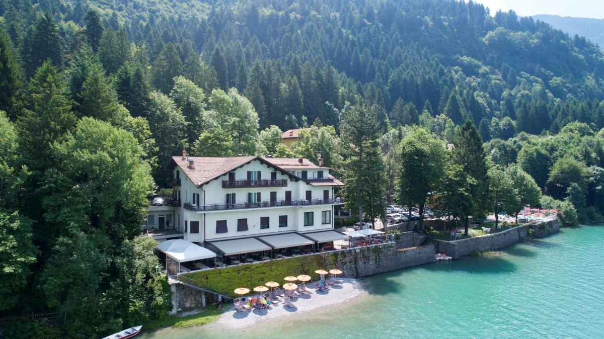 Lago Park Hotel spiaggia giardino e piscina