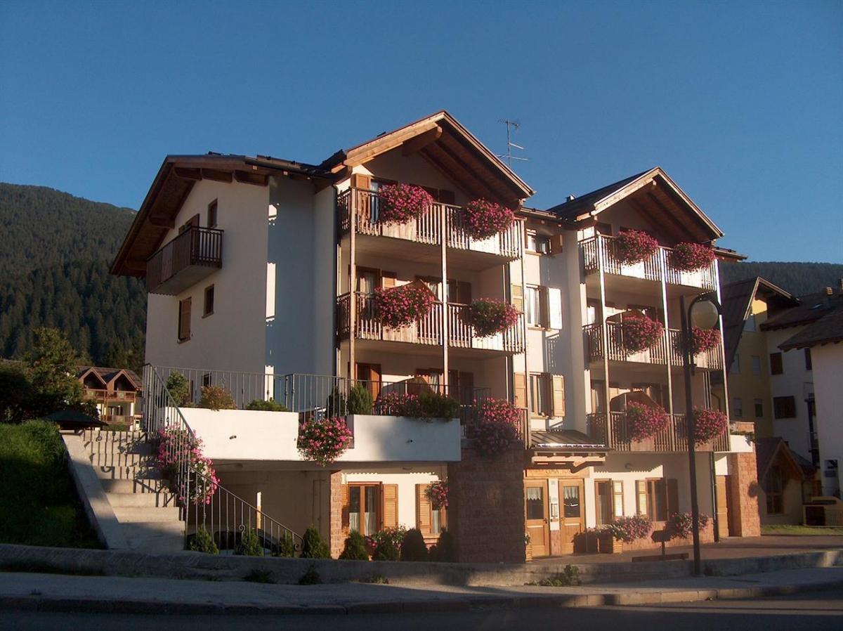 facciata con balconi fioriti