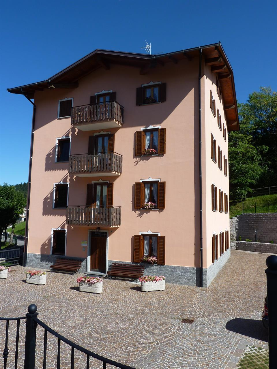 Edificio, lato piazzale 4