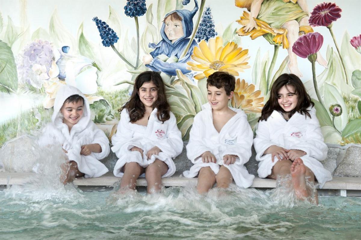 in allegria nella piscina bambini