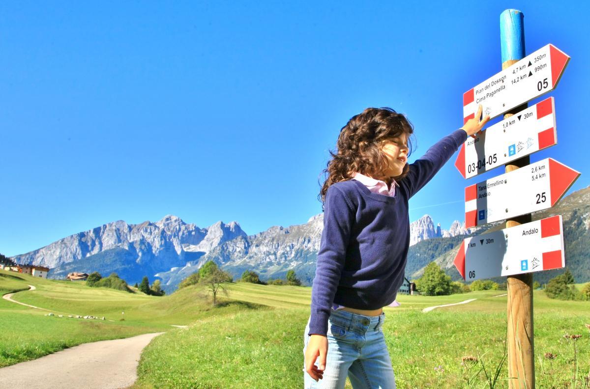 Anna con Segnaletica sentieri_ ph Toscana