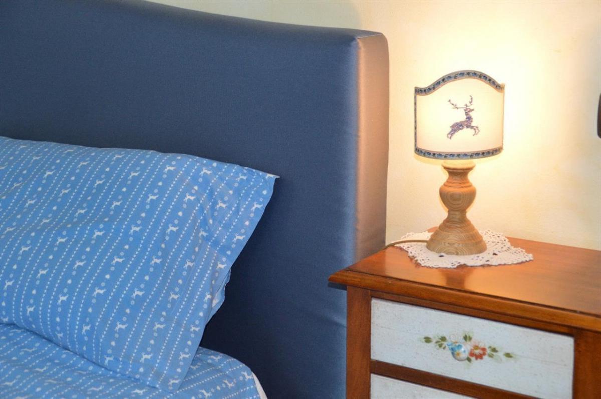 La Perla del Lago_stanza matrimoniale_letto e lamp