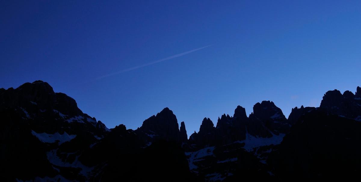 Skyline delle Dolomiti di Brenta in notturna