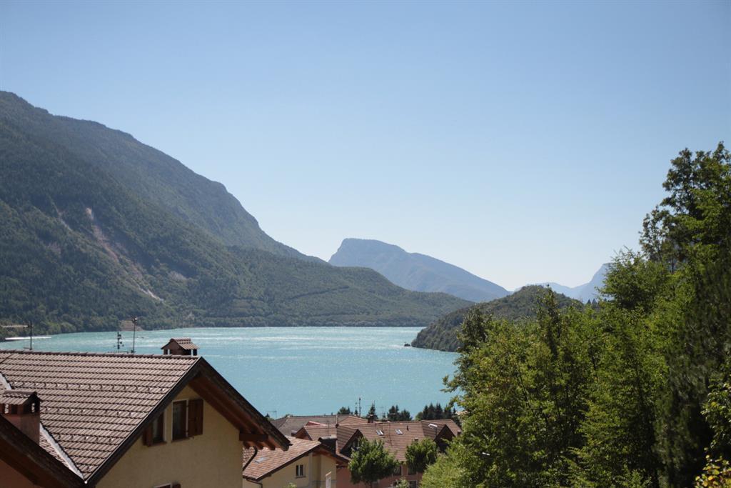 Vista in lontananza del lago