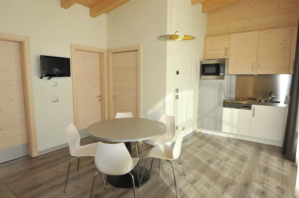 Cucina-soggiorno Camping Spiaggia Lago di Molveno