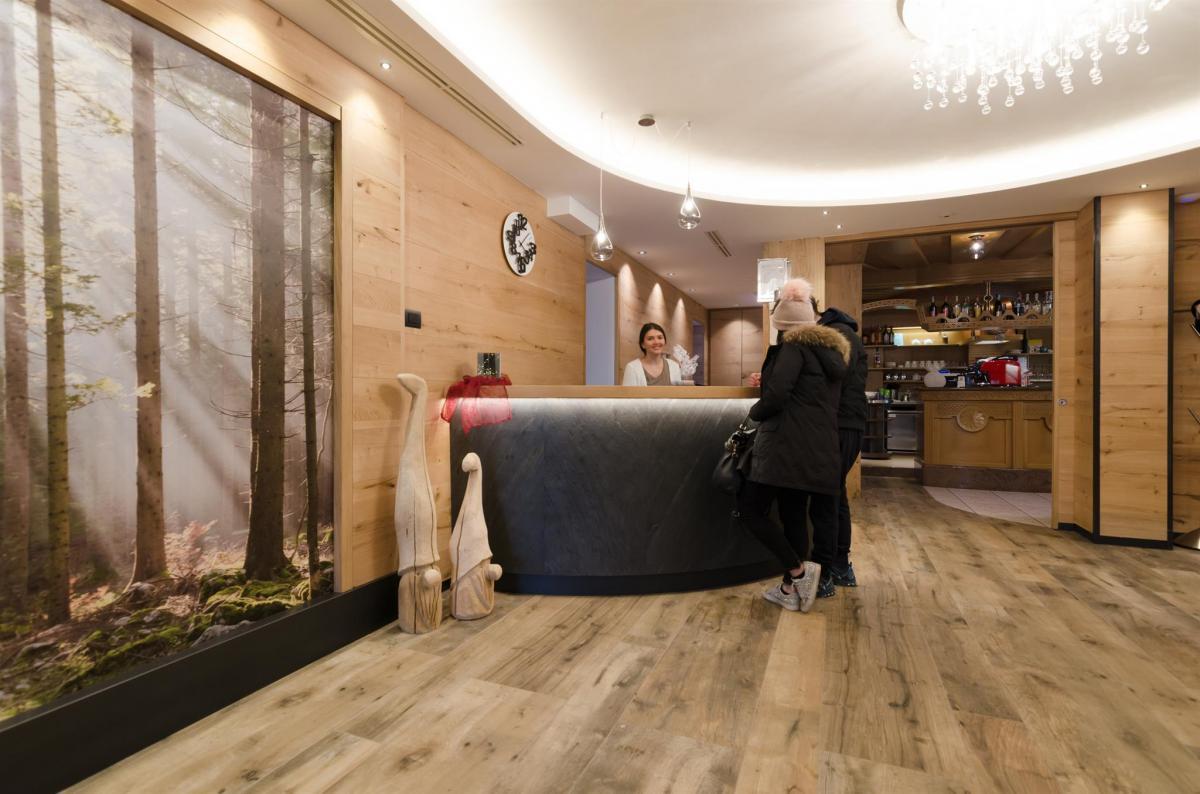 Alphotel Milano reception con turisti (7)