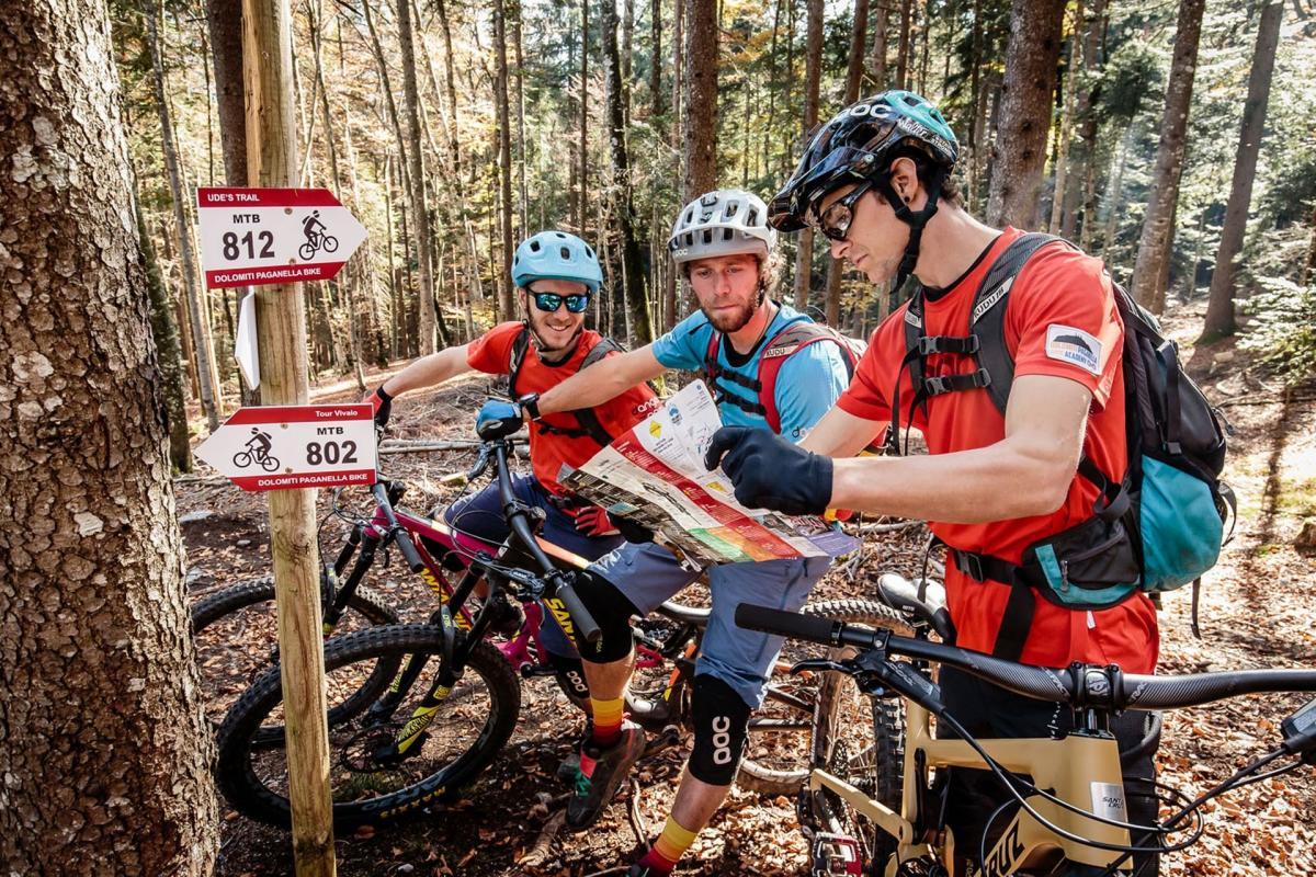 Bikers cercano il sentiero per la Cantina Rotari