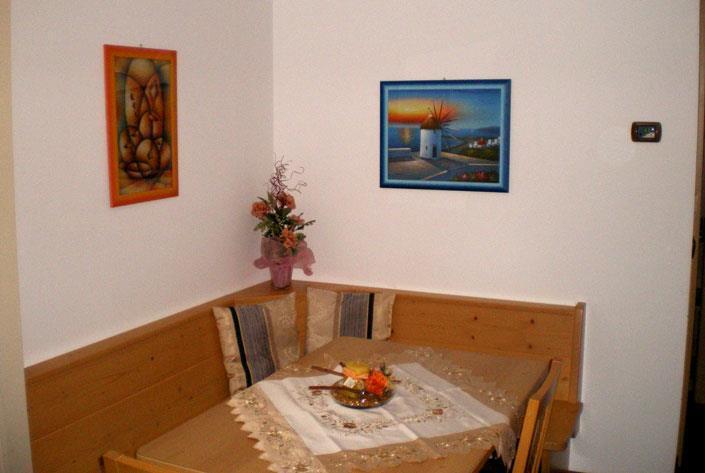 Panca e tavolo dell'appartamento