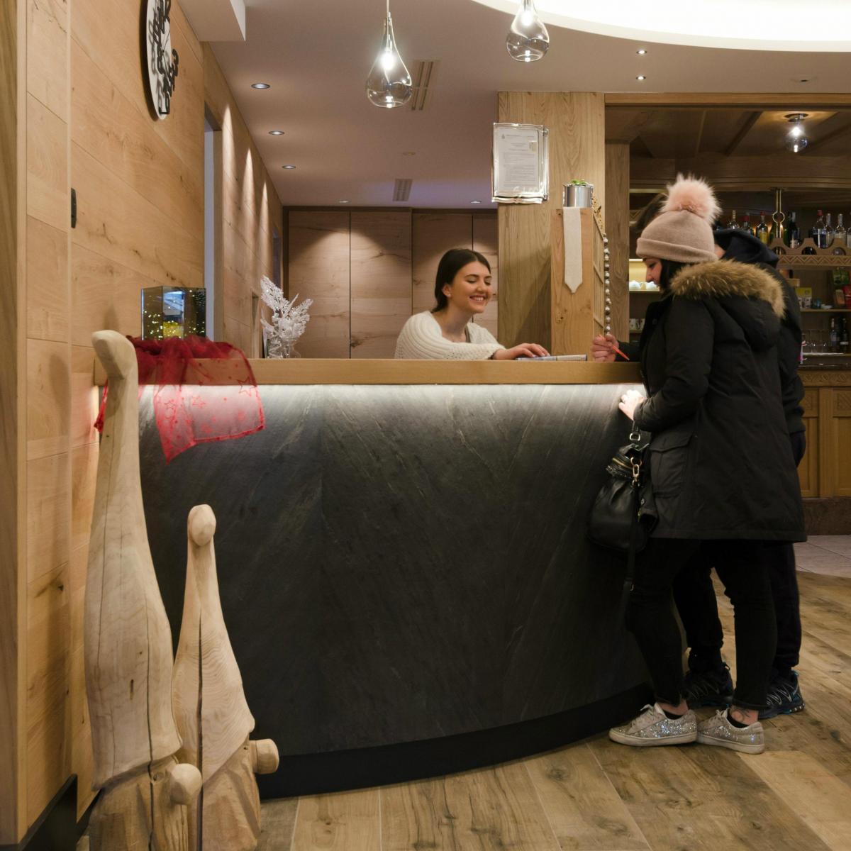 Alphotel Milano reception con turisti (1)