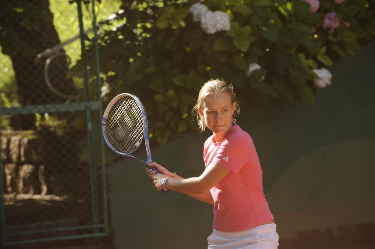 giocando a tennis in giardino