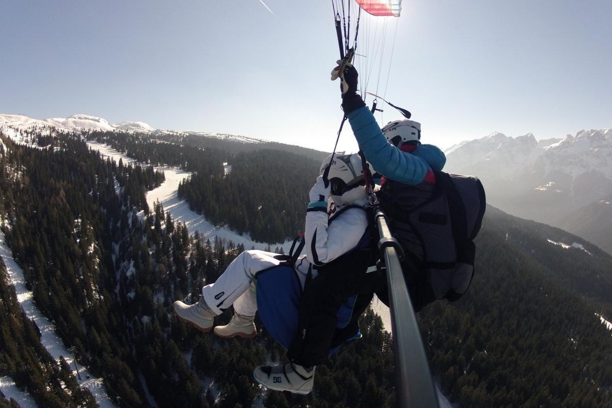 In volo sopra le piste da sci