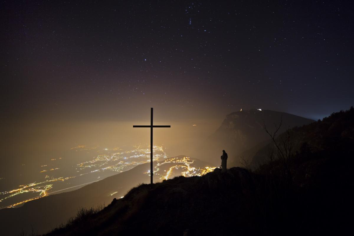 La croce di Fai della Paganella sul monte Fausior sulle Dolomiti