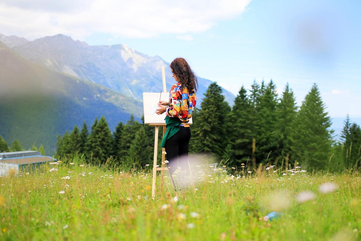 Pitturare di fronte alle Dolomiti di Brenta