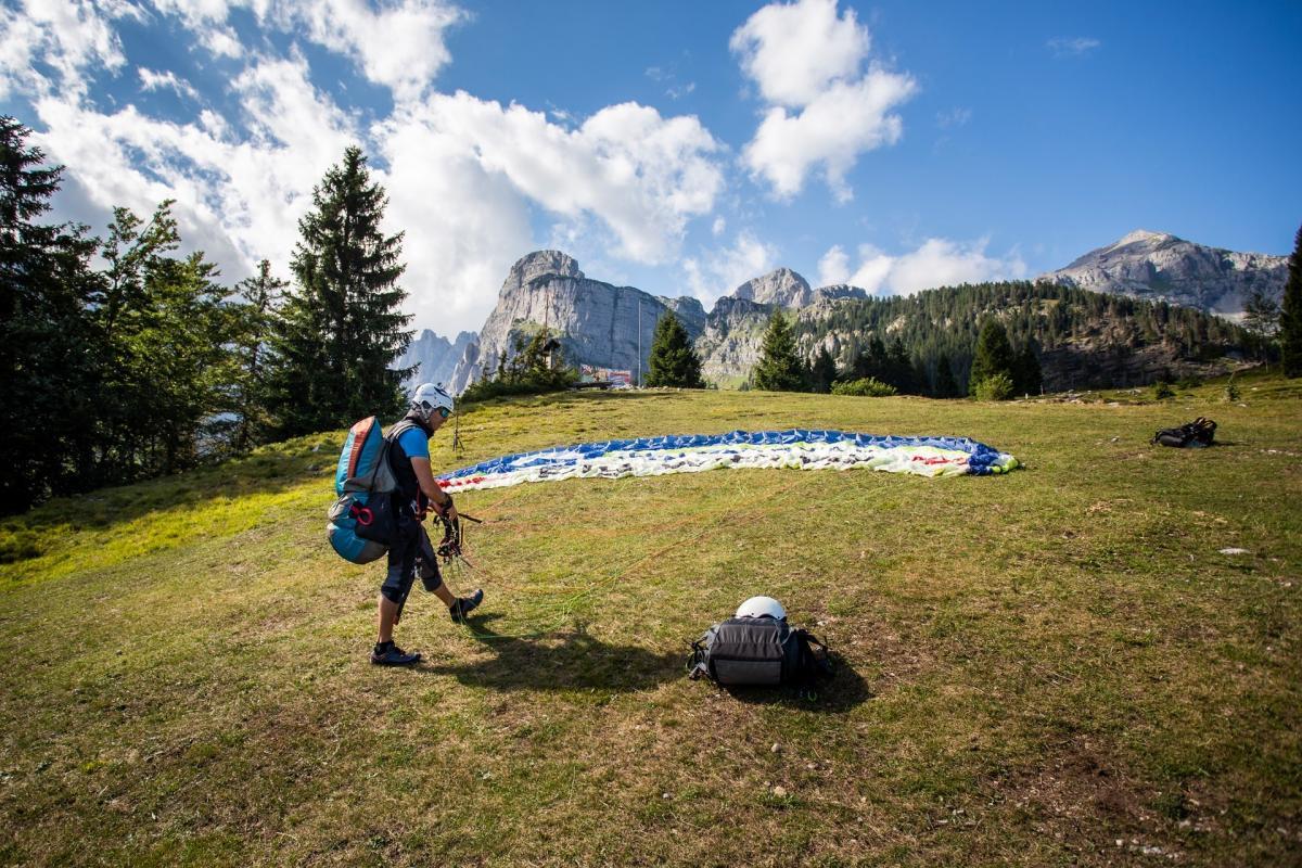 Ultimi controlli prima del decollo tra le Dolomiti di Brenta