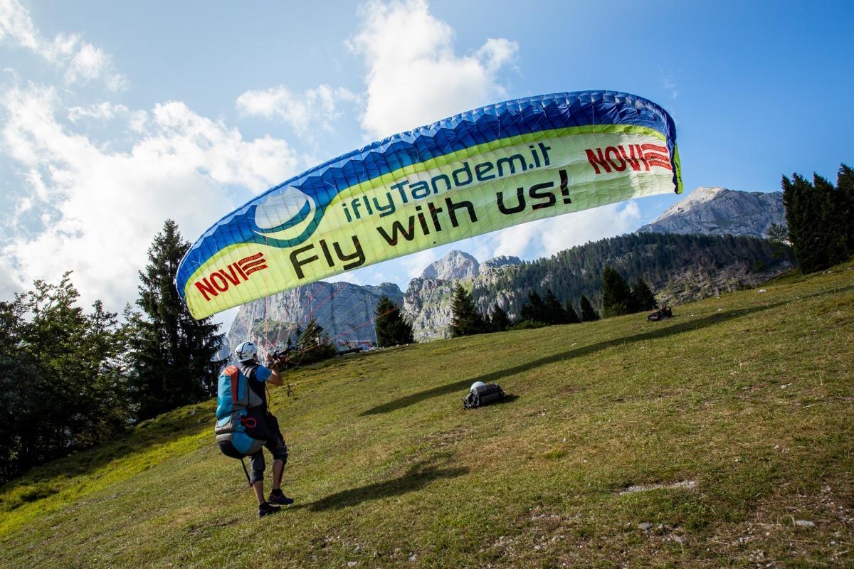 Partenza con parapendio sulle Dolomiti di Brenta