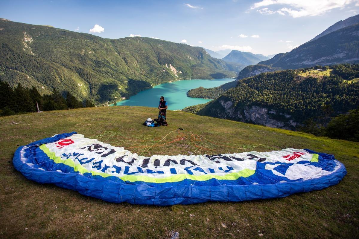 Tutto pronto per volare in parapendio sul Lago di Molveno