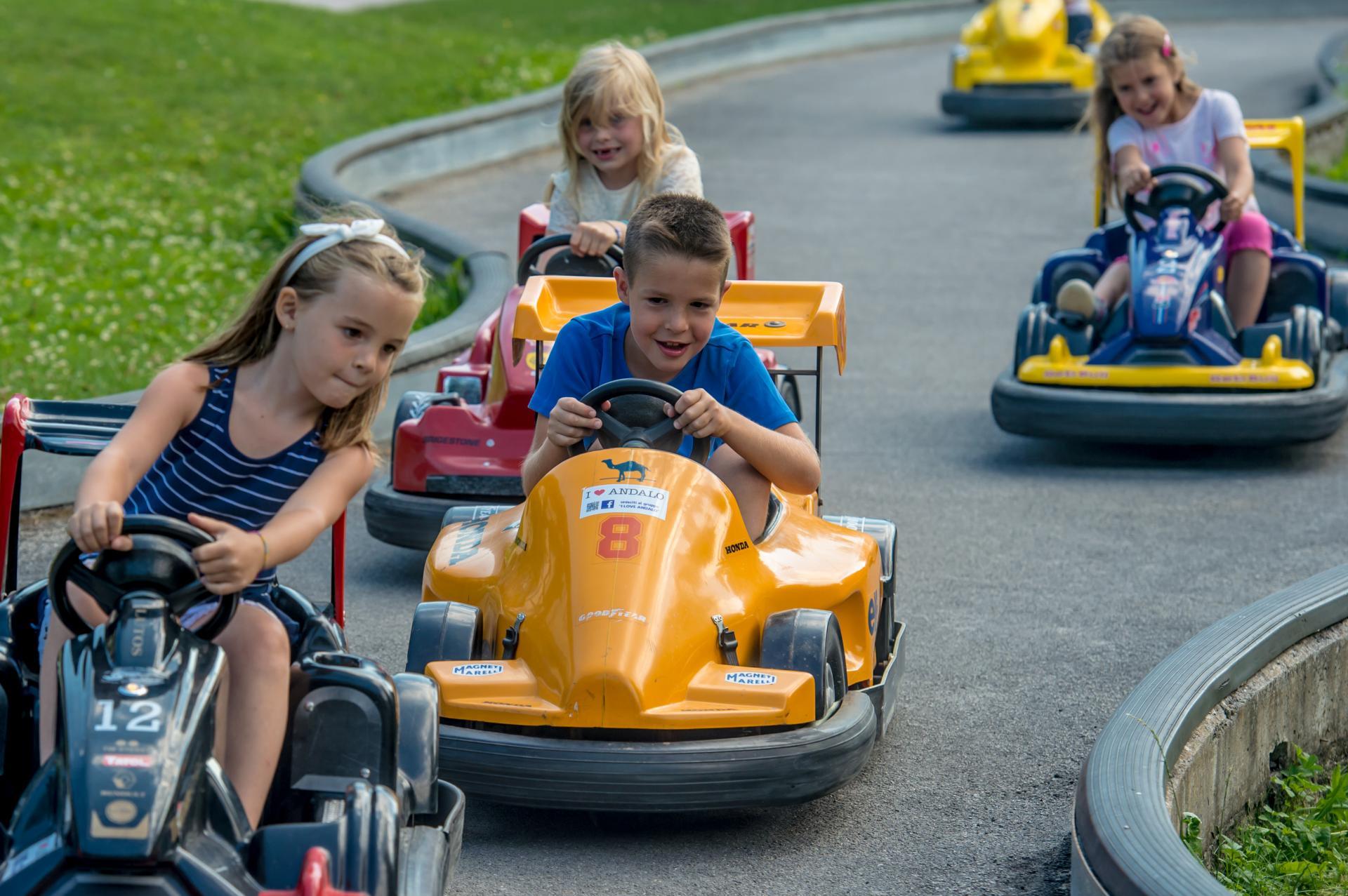 2016_PHMatteoDeStefano_Andalo_bambini_giochi_montagna_family_baby_cars_kart_macchinine_parco_LifePark_Dolomiti_Paganella_Trentino_3.jpg