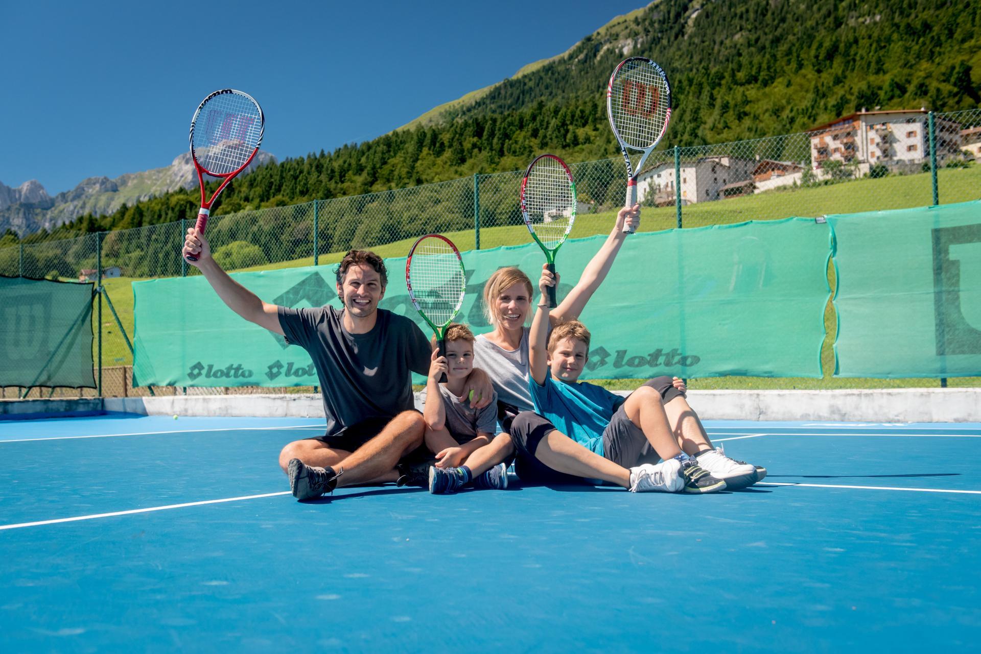 Giocare a tennis in Paganella